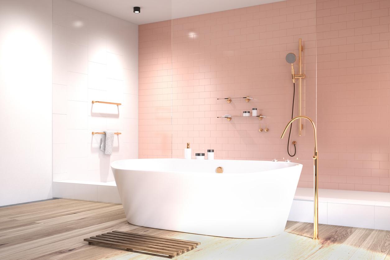 łazienka urządzona na różowy kolor