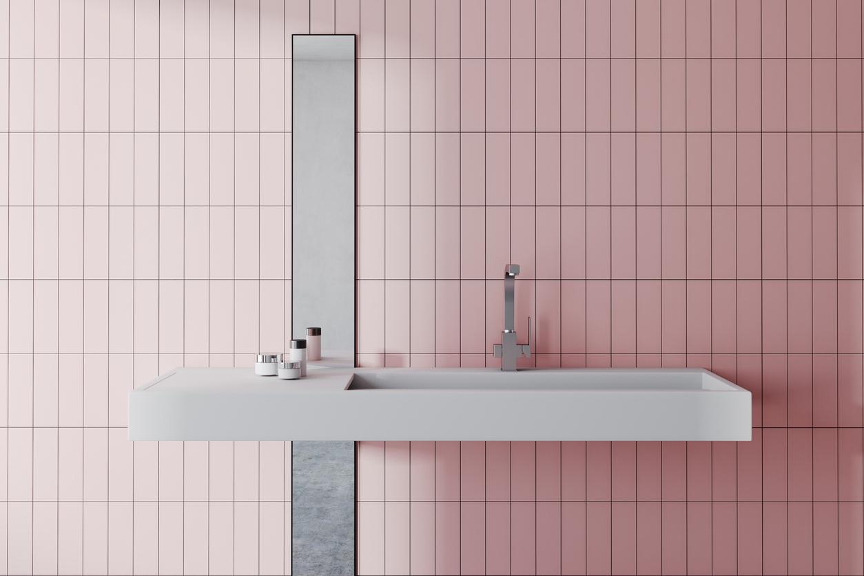 różowe kafelki w łazience