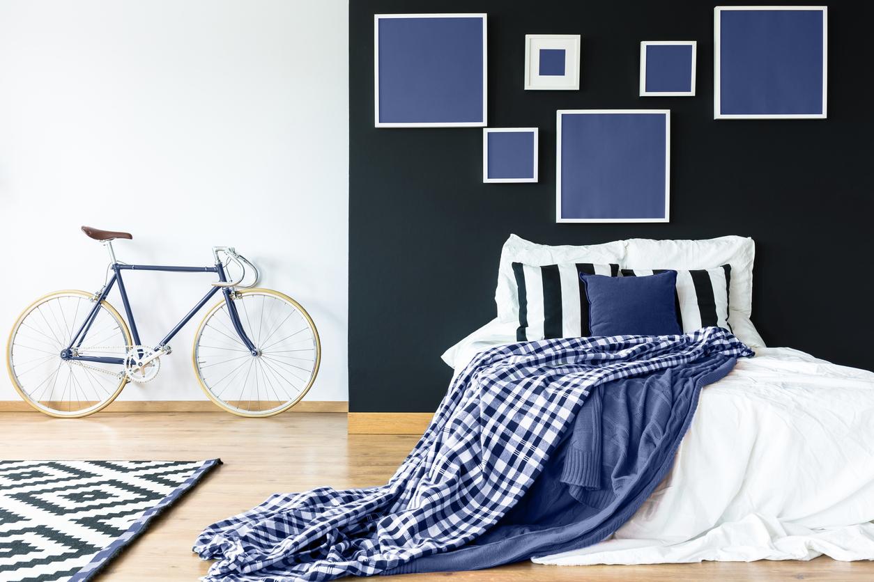 duża sypialnia urządzona na biało-szafirowo