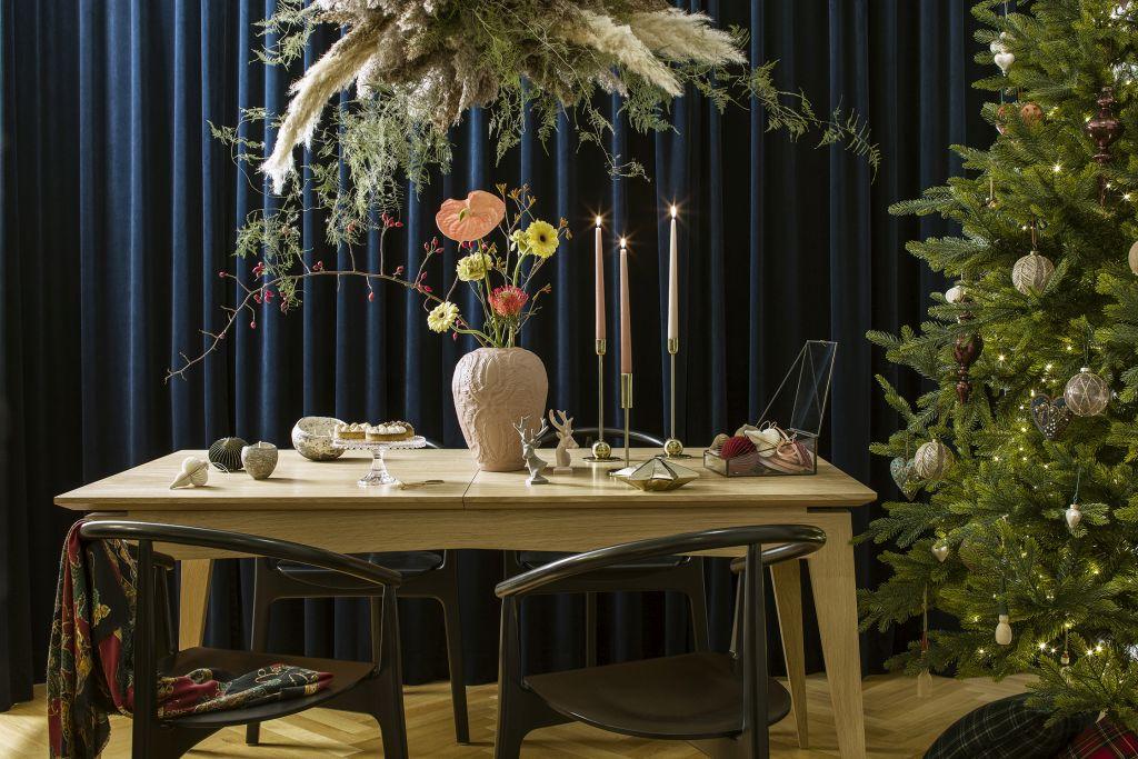 dekoracje świąteczne w jadalni z granatową ścianą
