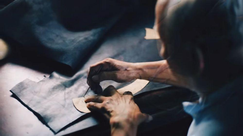 mężczyzna pracuje nad tapicerką