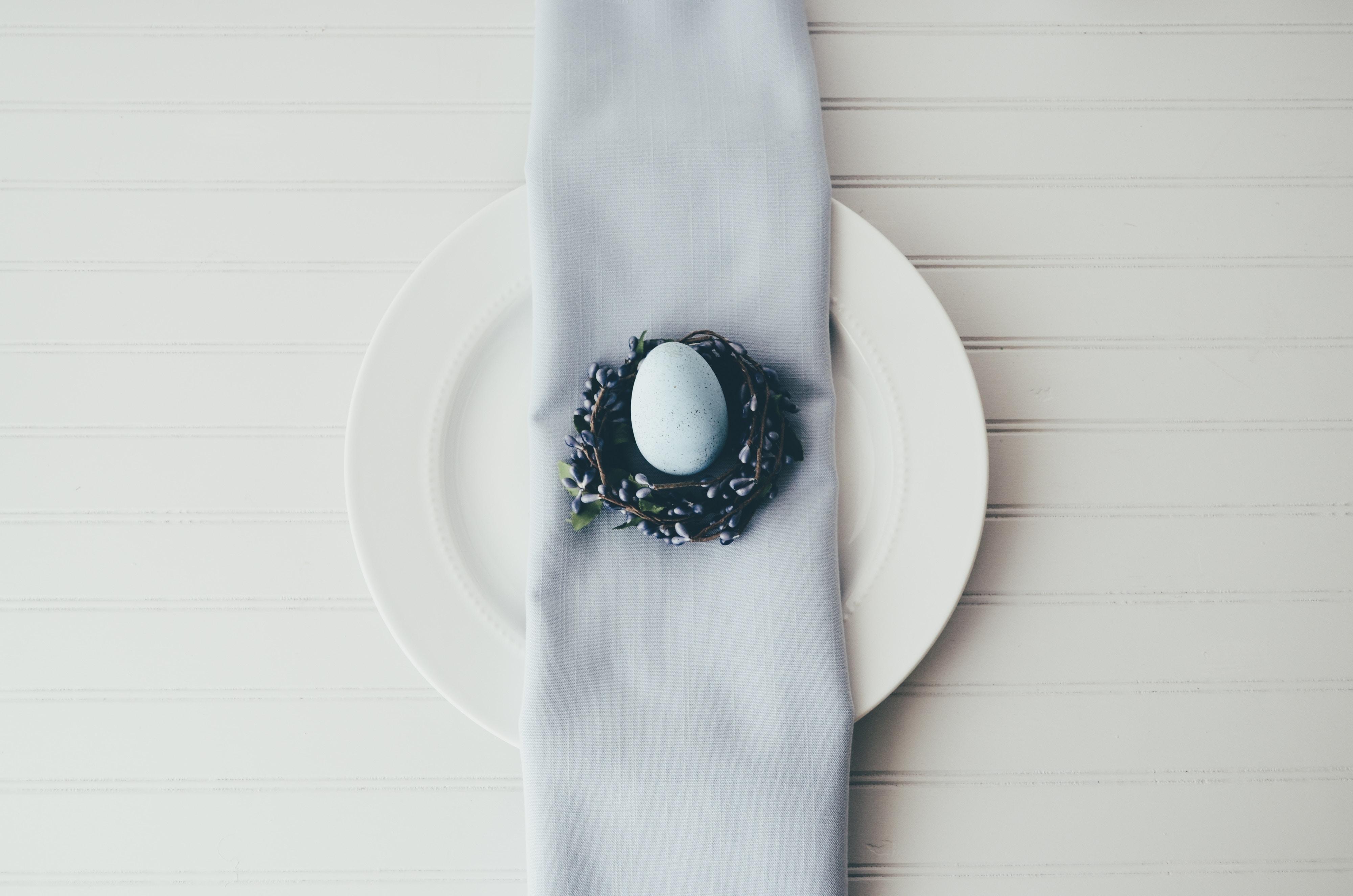 wielkanocne jajko na talerzu