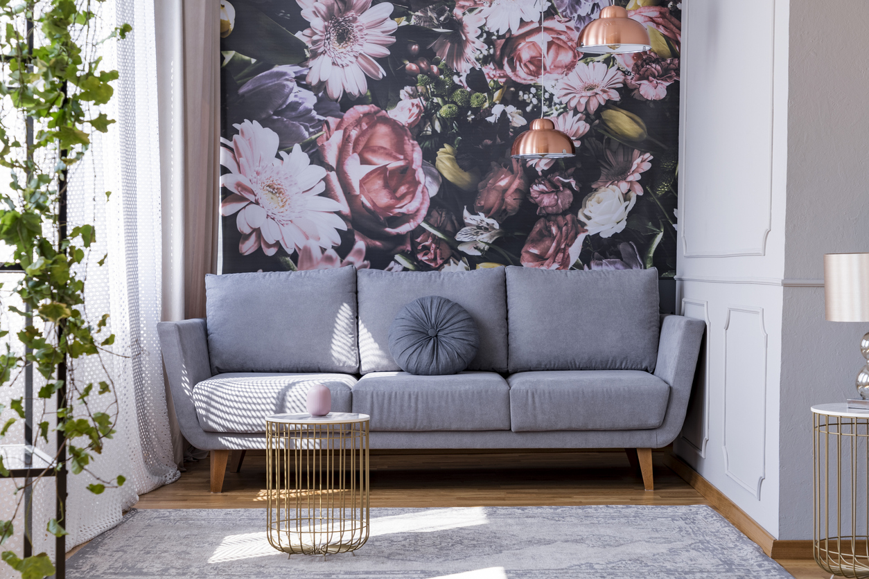 salon w stylu romantycznym z dużym wzorem kwiatowym na ścianie