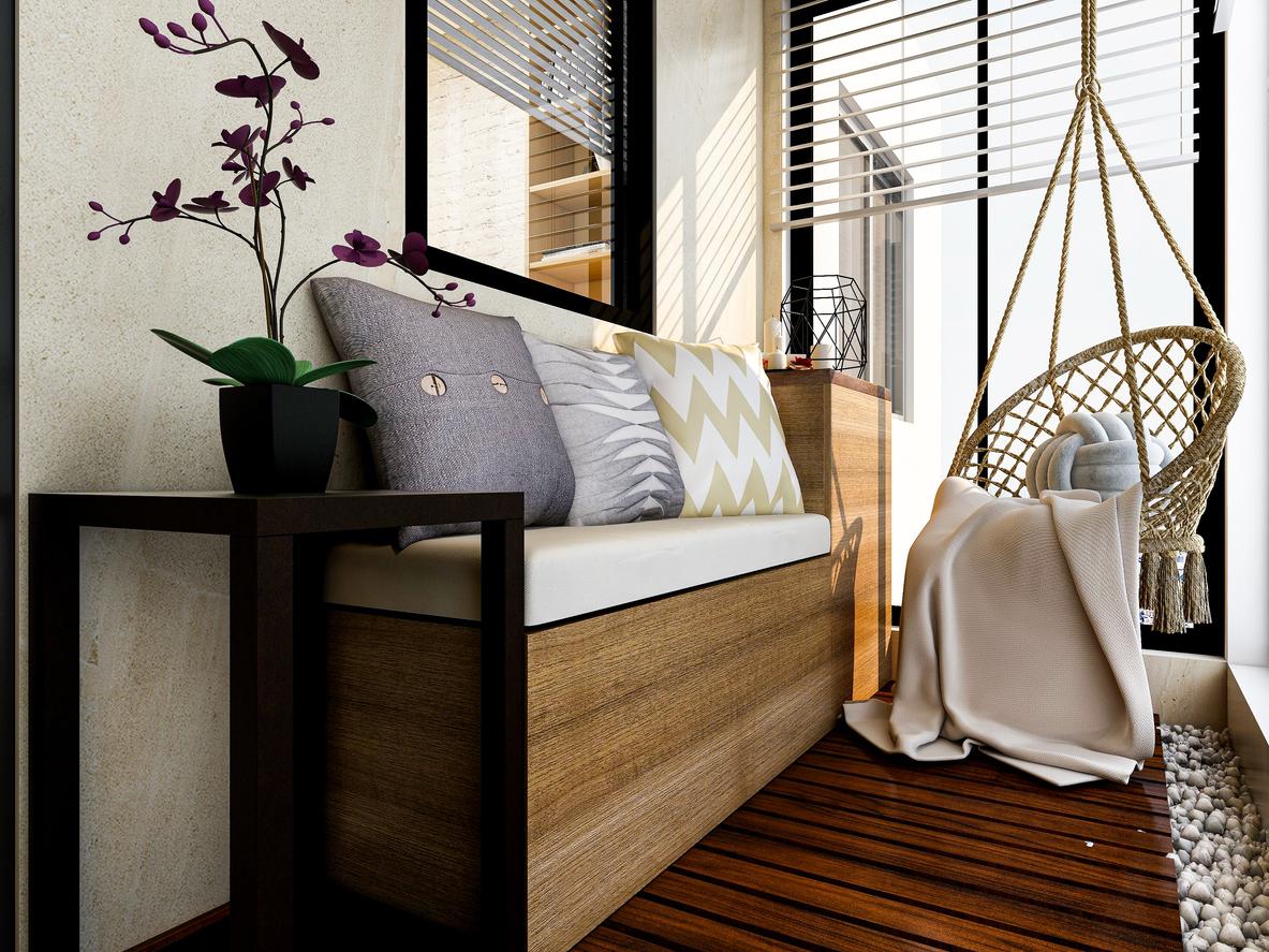 biały salon z szarą kanapą i fotelem