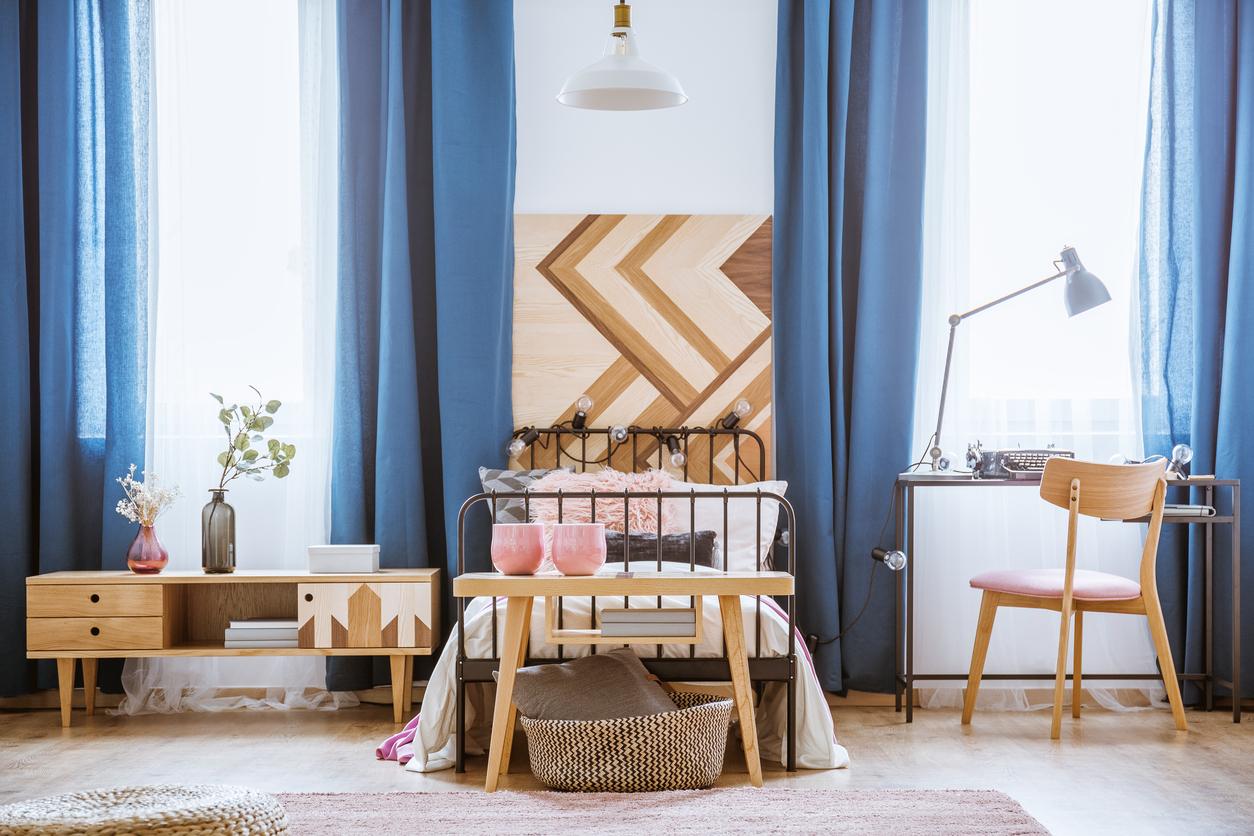 sypialnia urządzona w ciemnoniebieskim kolorze