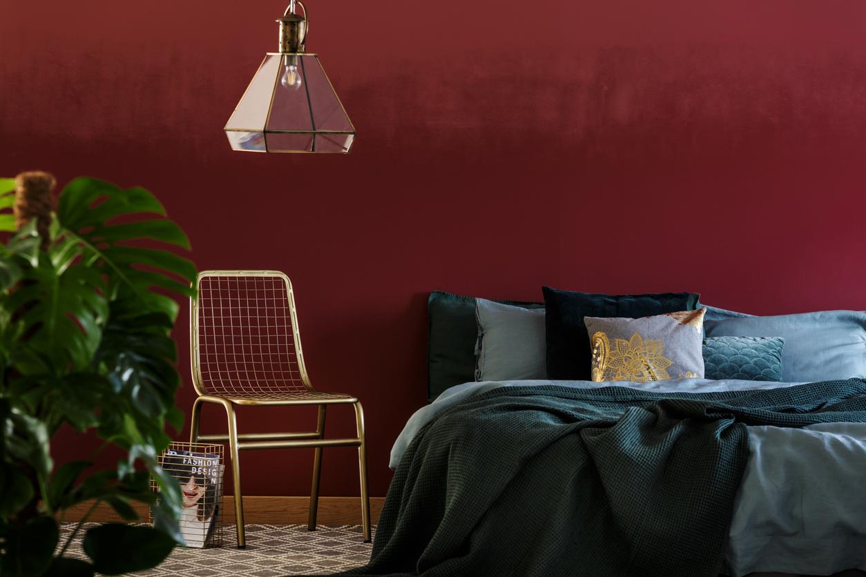 sypialnia z bordowymi ścianami