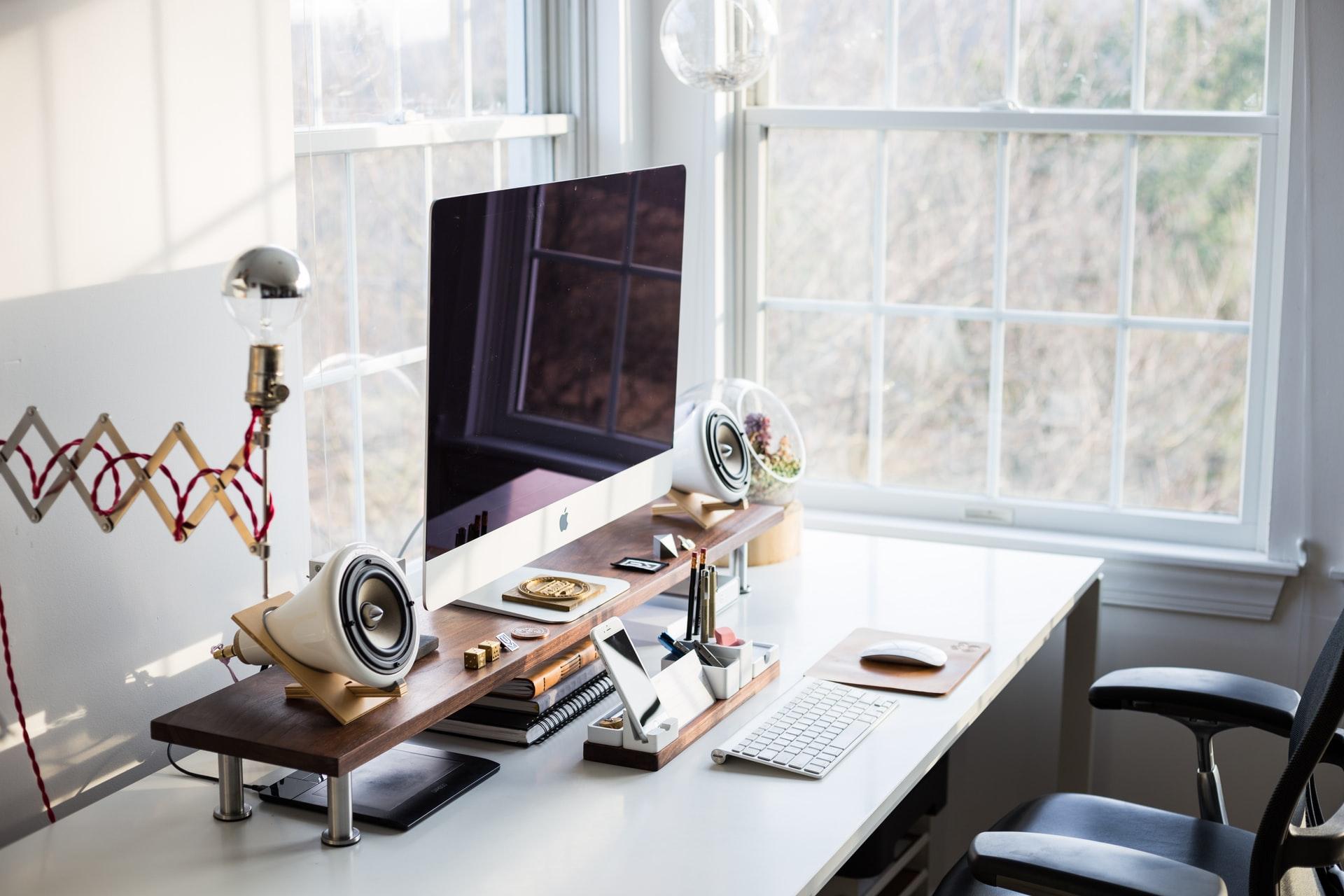 monitor na biurku