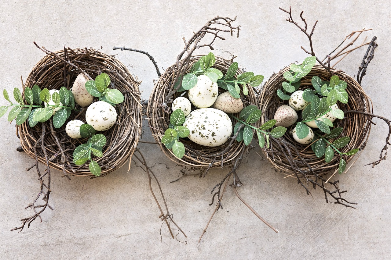 jajka w koszyczkach z wikliny